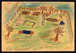 Větrání matrací v zahradě - Irena Karplusová (1930-1944), nedatováno (1943-1944), tužka, pastel a pastelky na papíře, 20,3 x 29,8 cm, signováno vlevo dole: Irena Karplusová Heim 13. Provenience: vytvořeno v hodinách kreslení organizovaných v letech 1943-1944 v terezínském ghettu malířkou a pedagožkou Friedl Dicker-Brandeis (1898-1944); ve sbírkách Židovského muzea v Praze od roku 1945 ŽMP inv. č. 131.344r