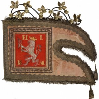Korouhev cechu pražských židovských řezníků - Inv. č. ŽMP 037.851, hedvábí, plátno, malba olejem, výšivka kovovými nitěmi, aplikace, porty, kovové ozdoby ze zlaceného plechu na drátěné konstrukci, Čechy (Praha), 1850,  původně ve sbírce předválečného pražského židovského muzea (1906-1940)