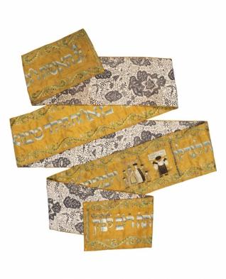 Povijan na Tóru - Inv. č. ŽMP 010.130, hedvábí, výšivka hedvábím a dracounem, plátno, tisk Rakousko (Rechnitz), 1750, získáno jako tzv. válečný svoz v letech 1942-1945 ze svozového místa Loštice