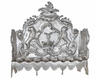 Chanukový svícen - Inv. č. ŽMP 066.185, Praha, 1767, mistr KV, stříbro, tepáno a cizelováno, vystaveno ve stálé expozici v přízemí Klausové synagogy