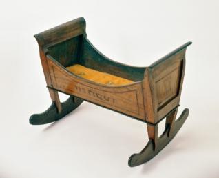 Kolébka - Inv. č. ŽMP 032.141, Morava, počátek 19. stol., dřevo, intarzováno, vystaveno ve stálé expozici na galerii Klausové synagogy