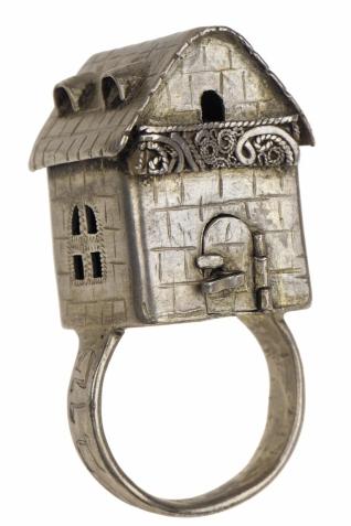 Svatební prsten - Inv. č. ŽMP 003.993, střední Evropa, 19. stol., stříbro, tepáno a ryto, vystaveno ve stálé expozici na galerii Klausové synagogy