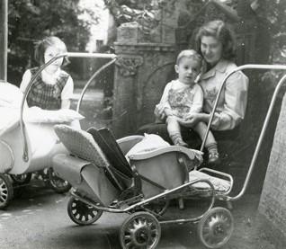 S002568.jpg - Žena s dětmi na Starém židovském hřbitově, 1942