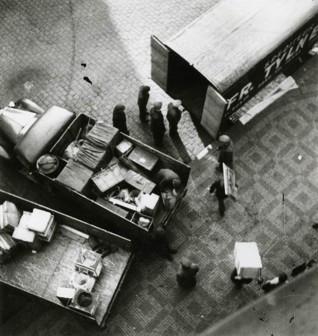 S003239.jpg - Stěhování konfiskovaného majetku do skladu ve Španělské synagoze, 1942-1944