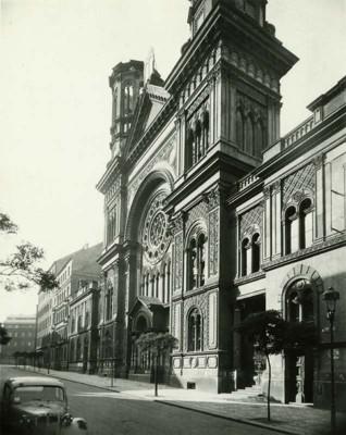 S018324.jpg - Vinohradská synagoga v Sázavské ulici. Stav po bombardování v roce 1945.