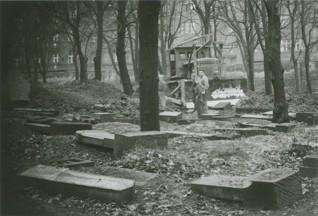 S020518.jpg - Žižkovský hřbitov při přeměně na Mahlerovy sady, 1960