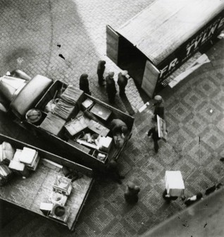 S003239.jpg - Moving confiscated property to a warehouse in the Spanish Synagogue, 1942-1944