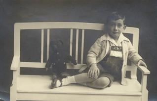 - George Sachs v roce 1926. Rozhovor s pamětníkem byl nahráván v New Yorku na podzim roku 2014. Pan Sachs věnoval ŽMP digitální kopie mnoha fotografií ze svého archivu, včetně unikátního video záznamu své svatby, která se konala v Praze v roce 1947. Z Československa odešel o dva roky později.