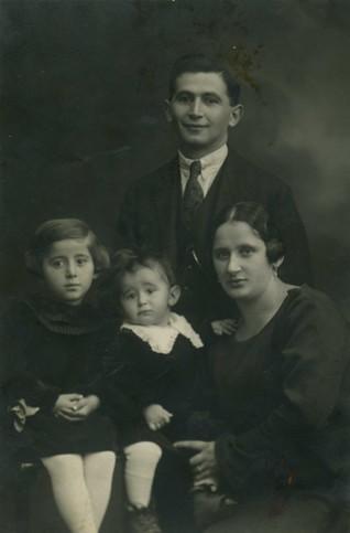 foto2.jpg - Fotografie táborské rodiny Meislů z roku 1925. Z celé rodiny přežila rasovou perzekuci pouze dcera Marta Meislová, provdaná Navrátilová, která ŽMP v roce 1995 poskytla své svědectví spolu s fotografiemi a dokumenty z rodinného archivu.