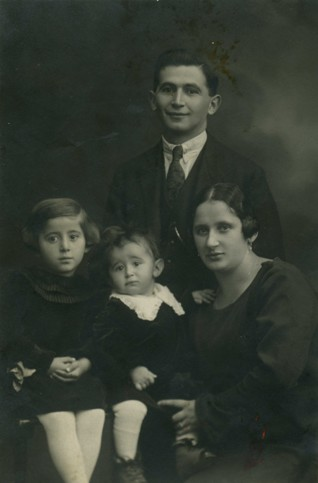 foto2.jpg - Family Meisl from Tabor town in 1925. Shoah has survived only daughter Marta Meislová, married Navratilová. JMP has conducted the interview with her in 1995.