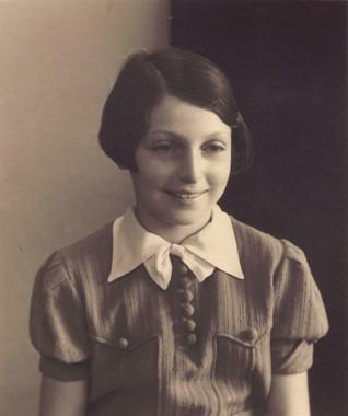 """Ruth Brösslerová v roce 1938 - Třináctiletá Ruth Brösslerová přijela do ghetta 28. ledna 1942 brněnským transportem označeným """"U"""" spolu s rodiči a mladším bratrem. V deníku si pečlivě a s obdivuhodným postřehem chronologicky zapisovala nejen události spojené s životem dívek v domově L410, ale reflektuje i realitu okolního světa dospělých, provozu ghetta a zamýšlí se nad budoucností. Oba deníkové sešity obsahují řadu kreseb a vlepených dokumentů (např. transportní čísla rodiny, potvrzení o výuce) včetně zápisů dalších osob. Deník Ruth Brösslerové byl získán zápůjčkou od rodiny její dcery, kopie je součástí archivní sbírky Terezín."""