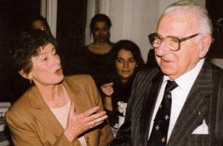 10.png - Sir Nicolas Winton s paní Věrou Gissingovou (jedno z Wintonových dětí) ve Vzdělávacím a kulturním centru ŽMP v roce 1998