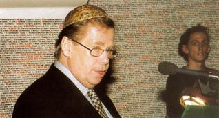 11.png - Prezident ČR Václav Havel v Pinkasově synagoze v roce 1999 při předčítání jmen obětí šoa