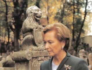 12.png - Belgická královna Paola na Starém židovském hřbitově (2000)