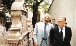 14.png - Portugalský prezident Jorge Sampaio na Starém židovském hřbitově (2001)