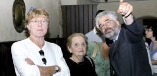 22.png - Herec Robert Redford a bývalá ministryně zahraničních věcí USA Madeleine Albright v roce 2005