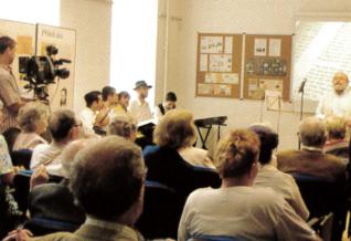 24.png - Herec Arnošt Goldflam při otevření brněnské pobočky Vzdělávacího a kulturního centra ŽMP v roce 2006