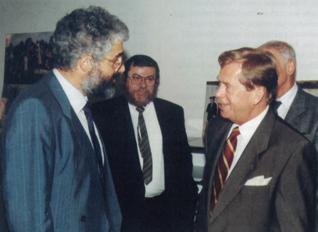 3.png - Prezident ČR Václav Havel a vrchní rabín Karol Sidon při prohlídce Vzdělávacího a kulturního centra ŽMP (1996)