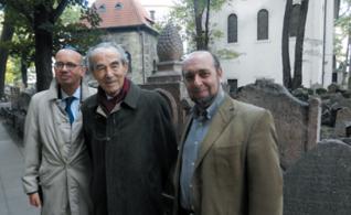 30.png - Návštěva v ŽMP (zleva): Velvyslanec Francie Pierre Levy, Robert Badinter a tajemník FŽO v ČR Tomáš Kraus (2012)