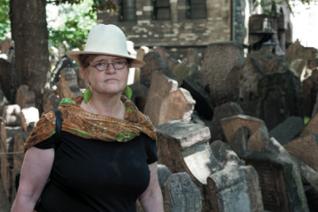 34.png - Americká historička Deborah Lipstadt při návštěvě Starého židovského hřbitova (2014)