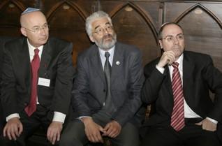 37.jpg - Bývalý izraelský velvyslanec v Praze Arthur Avnon spolu s tehdejším izraelským ministrem zahraničí Silvanem Šalomem při návštěvě Staronové synagogy (2003)