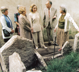 4.png - První dáma USA Hillary Clinton na Starém židovském hřbitově (1996)