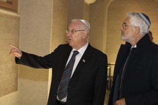 47.jpg - Prezident Izraele Reuven Rivlin v Pinkasově synagoze