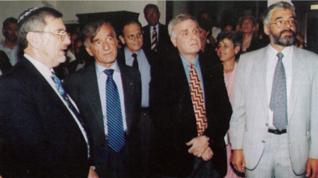 7.png - Velvyslanec Izraele Raphael Gvir, spisovatel a držitel Nobely ceny míru z roku 1986 Elie Wiesel, autor výstavy Židovské sny Mark Podwal (1997)