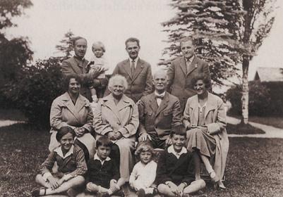 Rodina Kolbenů na zahradě vily ve Weissenbachu, kolem r. 1928