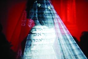 Záběry z videoinstalace Postmodern Jewish Wedding / Postmoderní židovská svatba, © 2006 Melissa Shiff