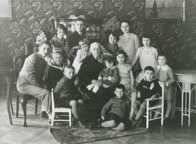 Rudolf Zenker s vnoučaty. Téměř celá rodina zahynula.