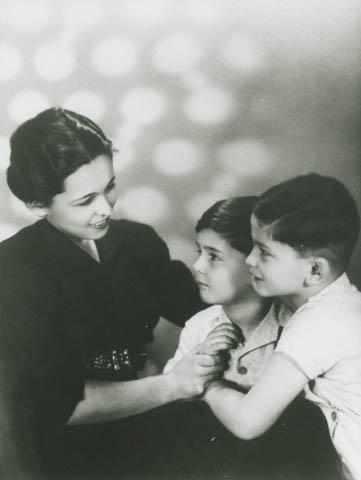 Hana Hochbergová se syny Petrem a Ivanem. Zahynuli v říjnu 1944 v Osvětimi.